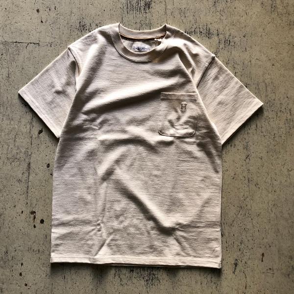 H EMB POCKET T-shirt HRMベージュ (600x600).jpg