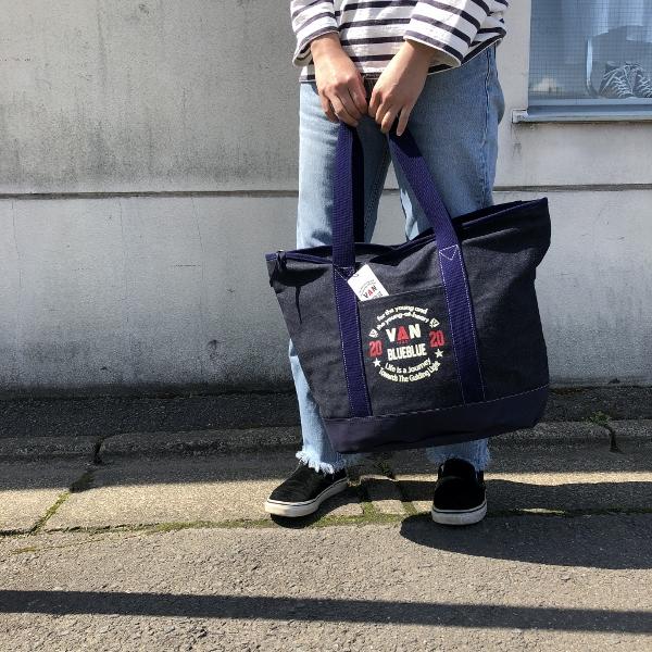 VAN JACKET・BLUE BLUE キャンバストートバッグ 着用 (600x600).jpg