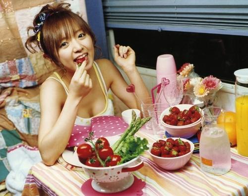 イチゴを食べている紺野アナ