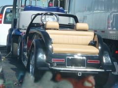 実はこれ、運んでいる電気自動車〜ゴルフカートなんです!!
