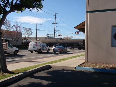 いきなり、街中を・・・走るんです!貨物列車が・・・・初登場!?
