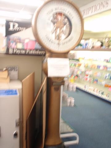 昔ながらの薬局(ファーマシー)に置いてあった・・・体重計。メチャ正確。
