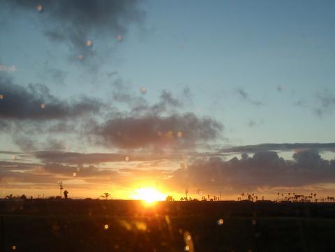 12月22日(水)降ったり止んだりでも、夕日はご覧の通り・・・