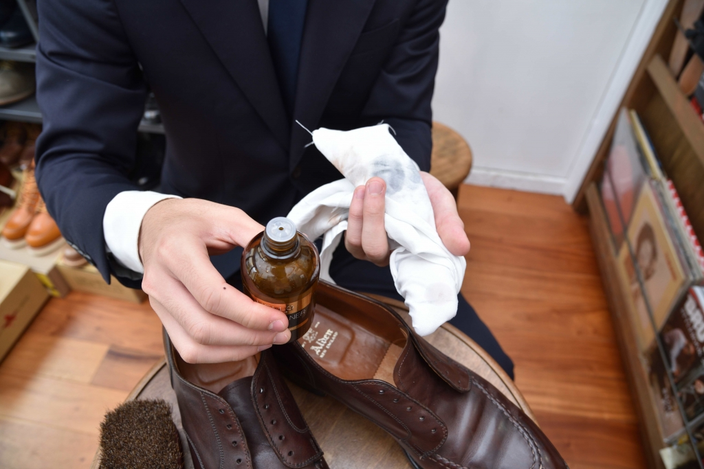 革靴の汚れを落としている
