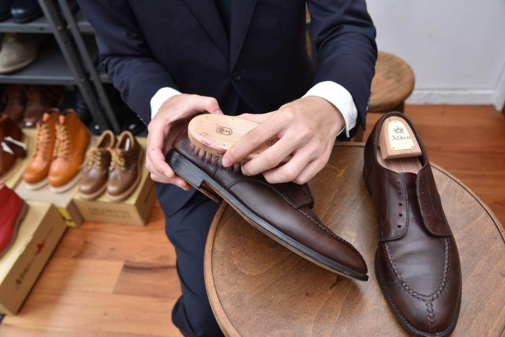 豚毛ブラシで革靴をブラッシングしている