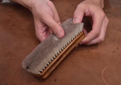 革靴に使用する山羊毛ブラシの様子