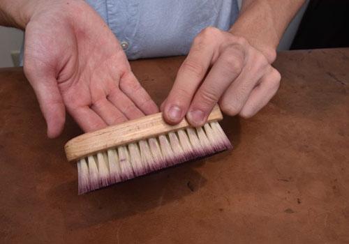 革靴に使用する豚毛ブラシの様子