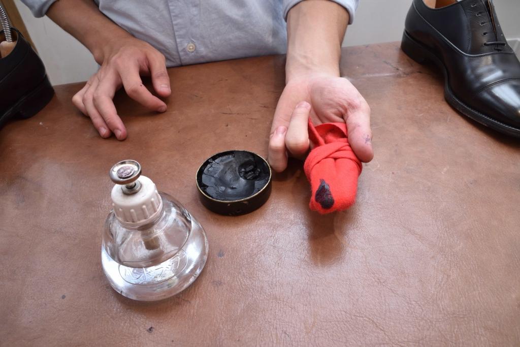 革靴にワックスを乗せる塗布量
