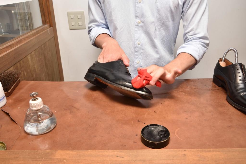 革靴のつま先にワックスの膜を張っている様子2