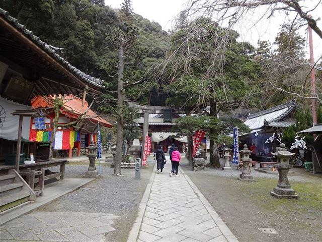 滝道・瀧安寺本堂前
