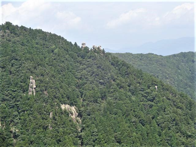 遠くの奇岩