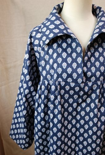 ソレイアードの布地で襟付きブラウスをつくりました。