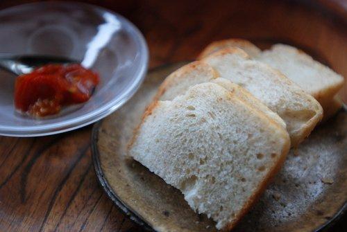 全粒粉食パンとセミドライ・プチトマトのオイル漬け