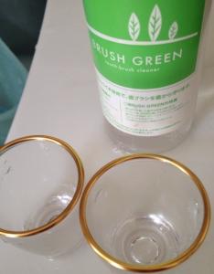 歯ブラシ洗浄液でコップを洗う