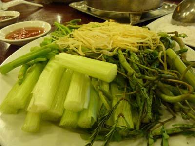 辛いトマト鍋へ入る野菜〜空芯菜