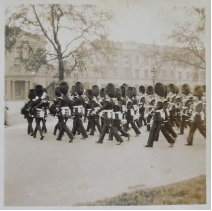 1936年倫敦�バッキンガム宮殿衛兵交代。