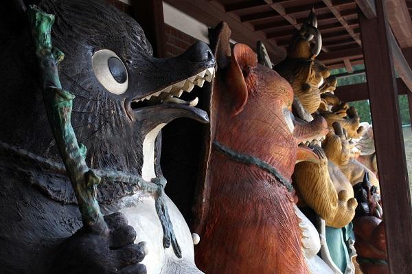 信楽焼 たぬきや総本家「狸庵」 玄関前の風景