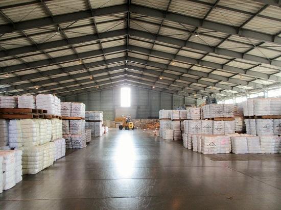 中では、古布と古紙を高品質な資源製品に仕上げ、出荷を待ちます。