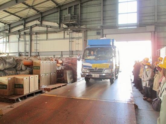 次々とトラックがやってきて回収資源を運びこみます。