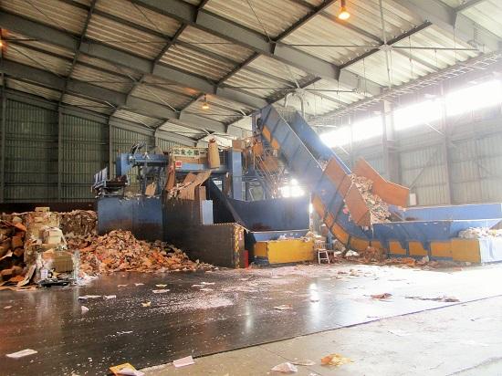 巨大な機械で選別し、梱包されます。