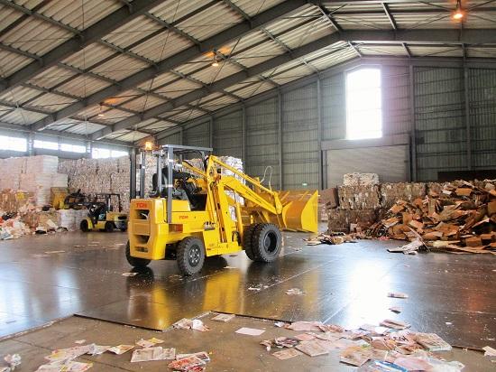 重機で整理整頓。 梱包済みの資源を出荷します。