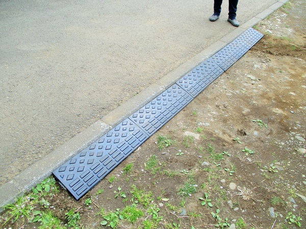 2020年4月5日(日)中庭の駐車スペースに段差プレートを設置