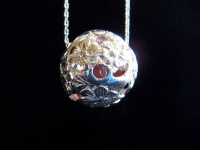 ビー玉入りネックレス〜手で彫った模様の間から赤いビー玉が見えます