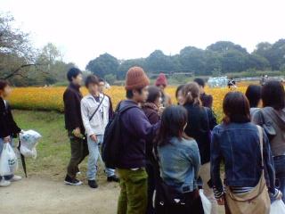 花畑とゼミ生たち。
