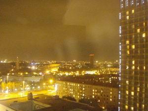 モスクワの夜景。オレンジ色の街灯が多いです。