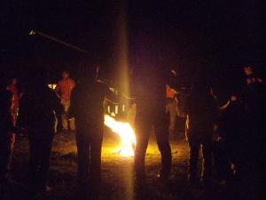 火を囲む人達。