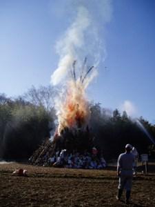 燃える賽の神(東京都稲城市)