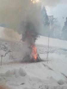 雪の中で燃える「「賽の神」(新潟県柏崎市)