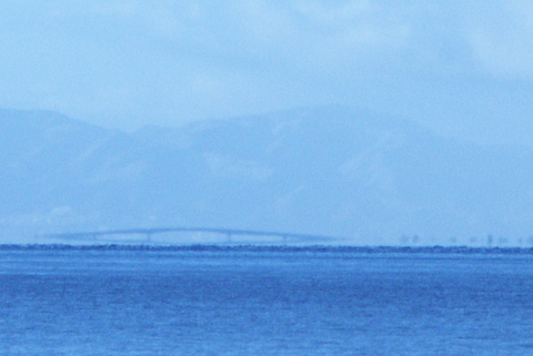 折れ曲がる琵琶湖大橋
