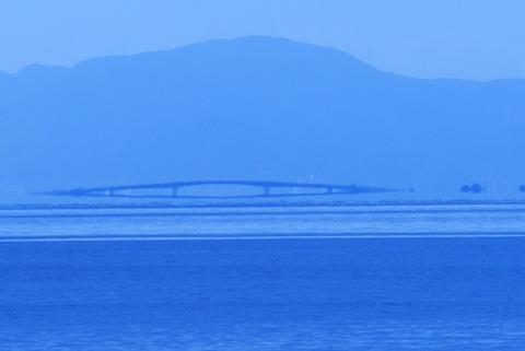 レンズ状の琵琶湖大橋