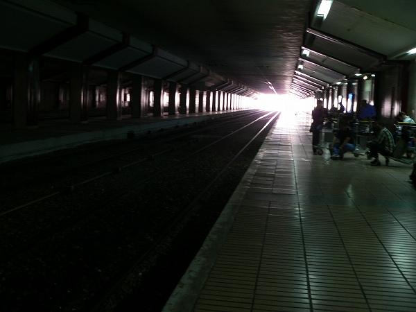メチャ暗い駅構内