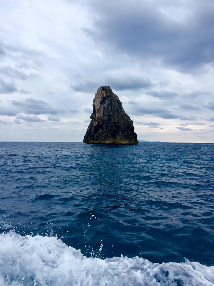 海に突き出た岩塔。