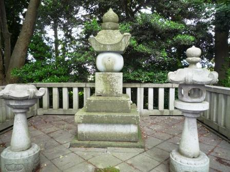 義貞公墓石