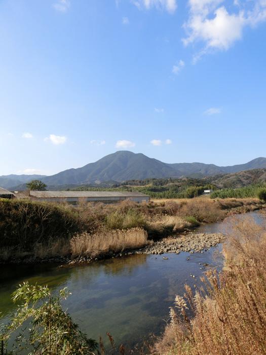 晴天の日の山と川 冬晴れ日の川と山