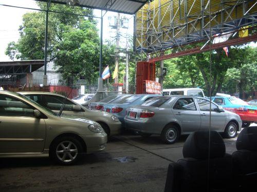 ワイヤレス通りにあるレンタカーショップ