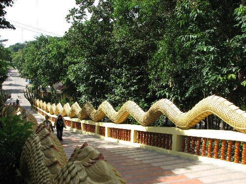 パタヤの寺院に続く道