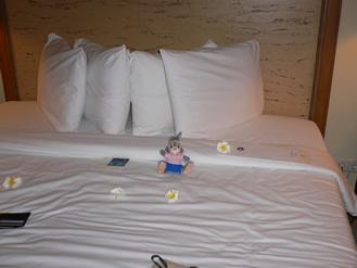 お部屋のベッドで