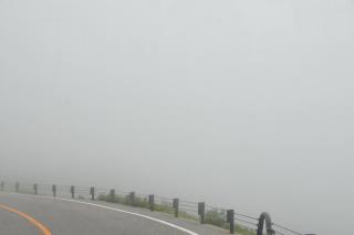 高原バス 霧