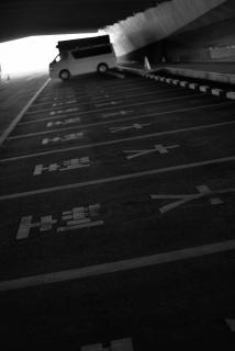 駐車場 モノクロ