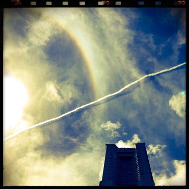 みなとみらい 青空 飛行機雲 彩光 ランドマークタワー