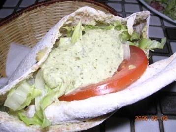 ピタサンド(チキン&トマト&サラダ&オリーブの実&ヨーグルトソース)