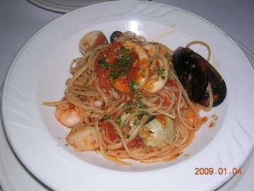 海鮮とトマトソースのリングイネ