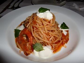 エビとモッツァレラチーズのトマトソースリングイネ