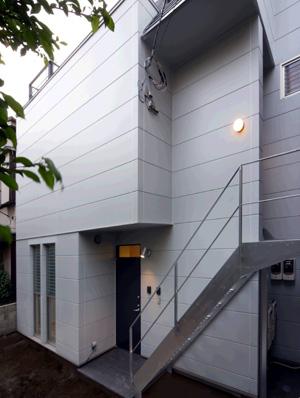 上下階で完全な二世帯住宅になっています。1階は写真の中央部分が玄関。二階へは外階段を昇って別の玄関から入ります。