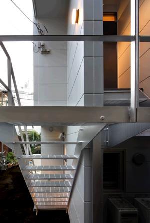 外階段は鉄骨、グレーチングの段板による階段です。
