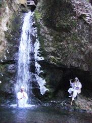 不動真言を誦する行者を加持する川島金山